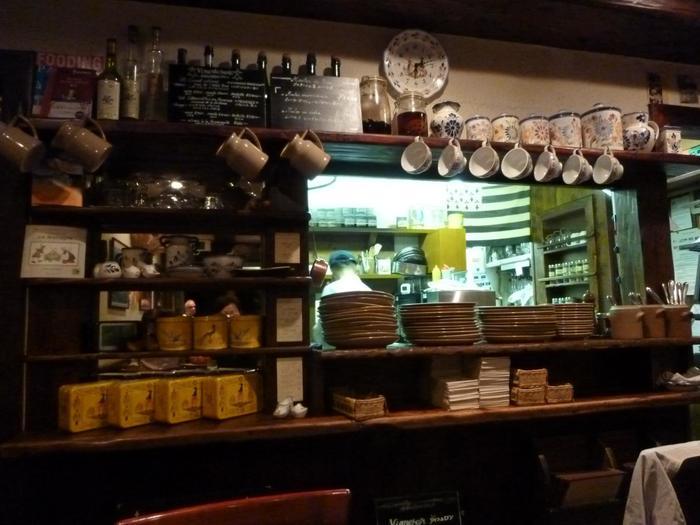 可愛らしい絵画や陶器、絵皿などのインテリアが、フランスの田舎町の食堂のようなアットホームな雰囲気でプチパリ気分♪
