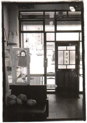 「電話室」と書かれたレトロなドアが目印です。こちらのお店は札幌にお店を開いてから何と30年以上もたつのだとか。地域の人たちに長く愛されているお店です。