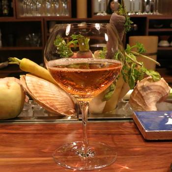 「ル ブルターニュ バー ア シードル」は、日本発のシードルバー。シードルはりんごの発泡酒で、口当たりの良さが女性にも人気。こちらのお店では、フランス産、国産合わせて常時20種類のシードルがあります。日本初のシードルバーならではの品揃えです。