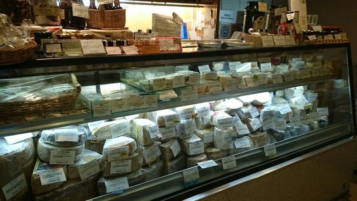 お店の方のチーズに対する知識と愛でリピーターが途絶えないお店は、チーズ好きならぜひ一度行ってみたい!常時、約250種類のチーズが並んでいて、初めて目にするチーズもたくさんあり、見ているだけでも楽しくなります。チーズ初心者はもちろん、チーズ好きも満足できるお店ですよ。