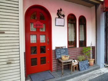 赤い扉が可愛らしいフレンチビストロ「ブラッスリー・グー」は、本格フレンチやビストロなど、数々の名店で修業した新井孝志シェフのお店。神楽坂に来たら、絶対に押さえておきたいお店にひとつです!