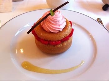ランチコースのデザートはフランボワーズのサバラン。可愛らしくて、食べるのがもったいないくらいですね。