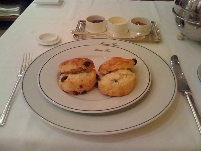 プティフールには紅茶と相性のよいスコーン!とてもおいしそうですね♪