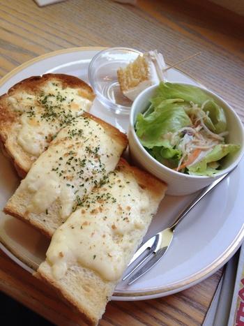 """「喫茶ほんまち」は、岡山で大人気のカフェの一つ。JR岡山駅から歩いてすぐ。ビルの2階なので見逃さないように。 【画像は、ランチの""""今日のサンドイッチセット""""「海老とチーズとベーコンのサンド」。ドリンク付きでリーズナブルな価格設定です。ランチに丁度良いボリューム。】"""