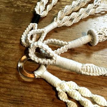 マクラメの基本は「平編み」です。他にも、三つ編み・四つ編み・平結び・輪結び・ねじり結びなど、たくさんの手法があります。