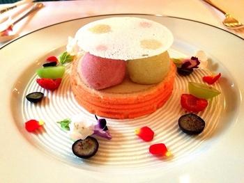 お花や果実が飾られたとても愛らしいケーキ。