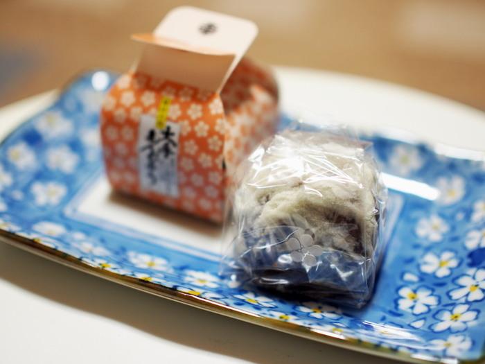 岡山を代表する名物饅頭「大手まんぢゅう」。日本の三大饅頭の一つで、江戸中期から作り続けられている、薄皮の酒まんじゅうです。酒まんじゅうの作り方を習得した、海鮮問屋の伊部屋永吉が岡山城の大手門近くに店を構え、殿様に好まれた饅頭であることから「大手門饅頭」と名付けられました。皮はごくごく薄く香り豊か。味わいは極めて上品で、誰もが喜ぶお土産です。アイスクリームと混ぜて頂くのもおすすめですよ。