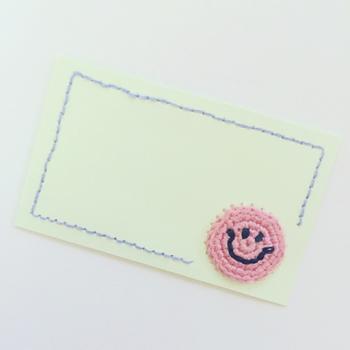 かぎ針編みのモチーフと組み合わせるのも素敵! こんなに凝ったメッセージカードをもらったら、きっと喜ばれるはず。