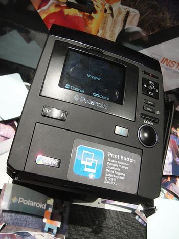 ポラロイドと言えばやはり元祖はポラロイド社ですが、現在はフィルムカメラの製造をしていません。現在販売されているのはプリンター内蔵型デジタルカメラで、画像の「ポラロイドZ340」は1400万画素、7.6cm×10.2cmの写真をプリントしてくれると言うもの!液晶付きで失敗の心配も無く、多彩なモードも搭載しているのでかなり遊べそう。