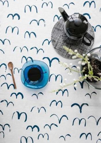 スウェーデンの「Fine Little Day(ファインリトルディ)」のテーブルクロス。カモメが浮かんでいるようなシンプルなデザインが素敵ですね。