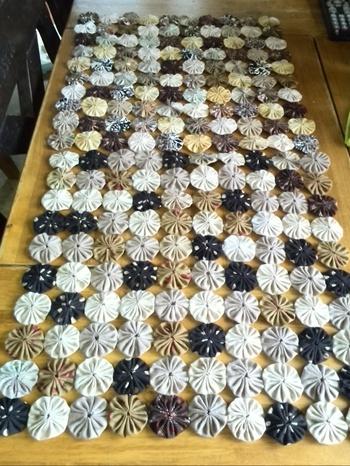 作りためたパーツは、お互いが接するところで縫い合わせてあげるだけでOK。お好みの大きさ・形になるまでつなぎ合わせていきます。