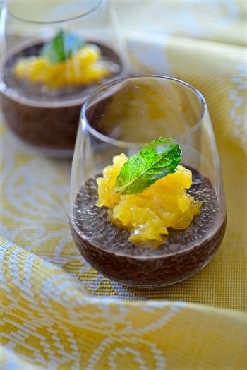 チアシードが入ったショコラ風味のプディングに、オレンジゼリーをのせて。爽やかさと濃厚さが調和する、ベストマッチングともいえる組み合わせです。