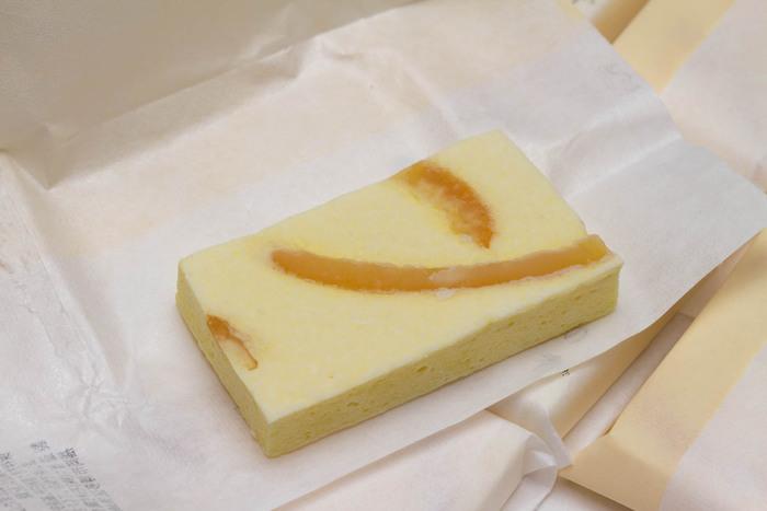 「萬年家(はねや)」は、明治38年(1905年)に創業した福岡の老舗お菓子店「石村萬盛堂」が手がけるお店。「那の香」は、ふんわりした卵生地のなかに、オレンジピールのさわやかな香りが光る逸品。