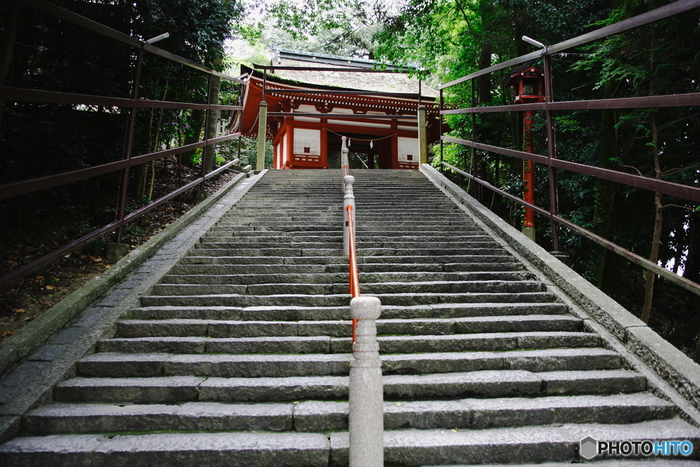「吉備津神社」は、吉備文化の基礎を築いたとされる大吉備津彦大神を主祭神とした、山陽道屈指の大社です。仁徳天皇時代に建立された建物で、拝殿とともに国宝に指定されています。見所は、廻廊と本殿。