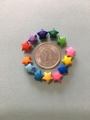紙の幅を細くカットすると、小さなお星さまが出来ます。色とりどりのお星さまは見ているだけでも可愛いですね。