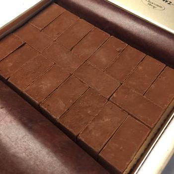 「博多の石畳」は、お店の人気No.1スイーツで、チョコスポンジやムースなど、5層構造になっています。 チョコ好きさんにはたまらない♡たっぷりチョコレートを堪能できる一品です。