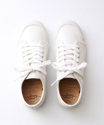 レザー素材などさまざまなアイテムがありますが、でもやっぱりローカットの白が不動の人気です。  ちなみに、ジョン・レノンの愛用靴としても知られているスプリングコート。オノ・ヨーコとの結婚式でも履いていたのは有名な話。ビートルズの「ABBEY ROAD」のジャケットには、白いスーツにスプリングコートを履いたジョンレノンの姿があります。