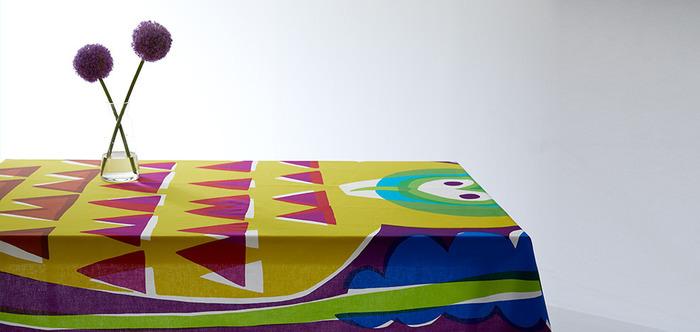 太陽の日差しを想わせる黄色や、空や水を感じさせるブルーなどを用いた、モダンで明るいテーブルクロス。