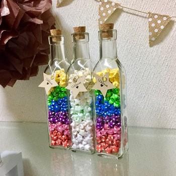 色とりどりのラッキースターを瓶に詰めたら、こんなに素敵なグラデーションが出来あがりました。まるで虹の架け橋を見ているみたいですね。
