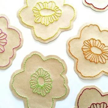 北欧風の花の形になったカード。 刺繍した形に切り抜くのは紙だからこそ出来るアレンジです。