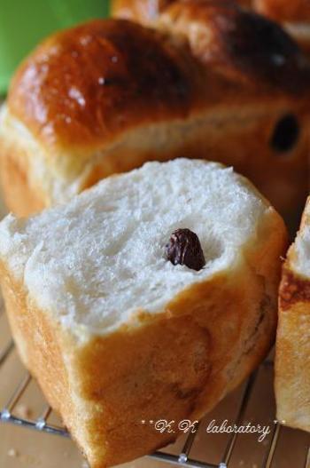 銘酒「八海山」の酒粕と三温糖を使ったパン。ほんのり和風の生地に酒粕レーズン…ぴったりですね♪