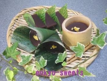 夏の定番和菓子、水ようかんを竹の器や笹の葉を使って♪京風でおしゃれですね。寒天だけでもおいしいのですが、葛粉もあわせて使うと、よりつるんとなめらかに。和食膳のデザートにもおすすめです。