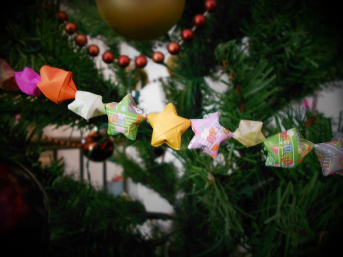 クリスマスカラーやポップなデザインの紙で作って、オーナメントにしてみてはいかが? 大人の雰囲気のツリーがお好みなら、深みのある赤やゴールドの紙で作ってみてください。見た目はボリューム感があるのにとっても軽いから、ツリーの枝がしなることなく飾りつけできるのも嬉しいポイントです。