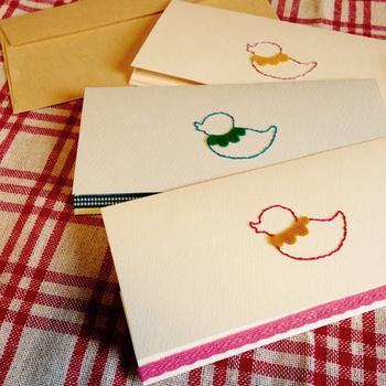 ギフトカード入れも、紙刺繍だと特別です。 中のカードを取り出した後も、大切にとっておきたくなります。