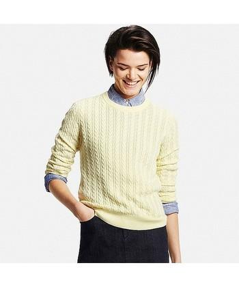 コットンにカシミアをプラスした、ソフトな肌触りの軽やかなセーター。細めの模様が女性らしさを引き立ててくれます。