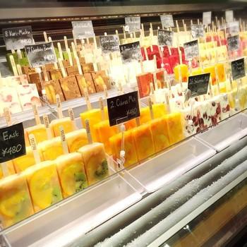 「パレタス(PALETAS)」は、旬なフルーツを果汁やジェラート、ヨーグルトなどに閉じ込めたフローズン・フルーツバーが人気のお店。産地や生産者にこだわった安心のフルーツを使用。フルーツをそのまま食べているような、ヘルシーで上質なひんやりスイーツです♪