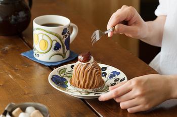 プレートとセットで使うと、テーブルがより華やかな印象になります。ちょっぴり贅沢気分の「フィーカ」を楽しんで。