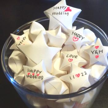 プレゼントに添えるときは、真っ白な紙で作って「THANK YOU」や「HAPPY BIRTHDAY」などの言葉を書くのも素敵。