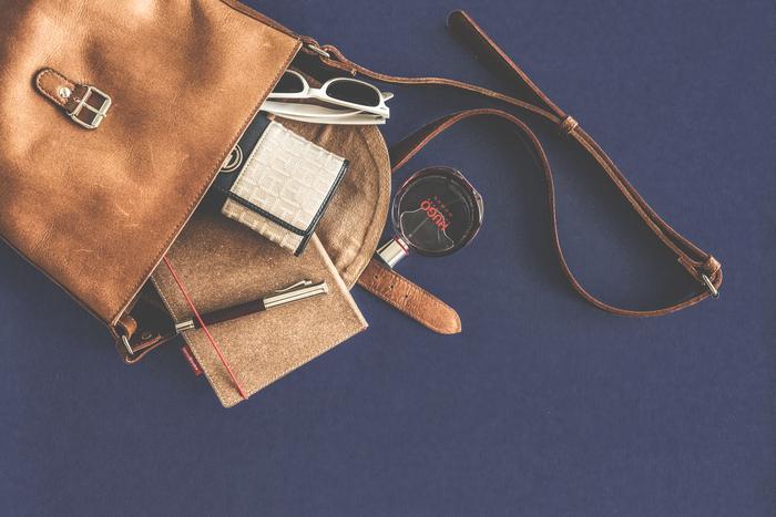 お財布、ポーチ、鍵。本当に最低限必要なものだけを持ち歩くスタイルはとっても身軽でシンプル。お財布を出す時に、バッグの中をごそごそと探す…なんてこともなくなります。