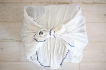 洋服は風呂敷に包んで。ギュッと結べば圧縮効果も。