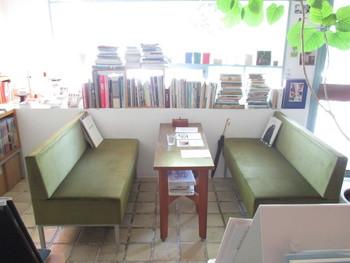 本がたくさんあり読書ができるので、本好きな人にもおすすめ。ゆったりとくつろげるソファーで自分だけの時間を過ごしてみてください。