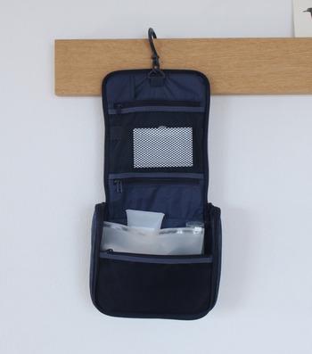 コスメや水回りで使うものなどをひとまとめにできるオーガナイザー。ホテルの洗面所などにも掛けておけるので、細かいものが散らばるのを防げます。