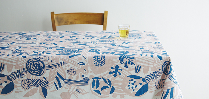 "Matti Pikkujamsa(マッティ・ピックヤムサ)デザインの「Potpourri(ポップリ)」のテーブルクロス。明るい心持ちになれば、""会話""も弾みます。女性同士のティーパーティーならこんな一枚で。"