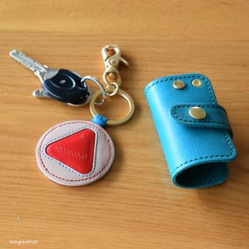 シンプルなアイテムで揃えながらも、キーケースなど小さいものはあえてビビッドな色に。バッグの中で見つけやすくなりますよ。