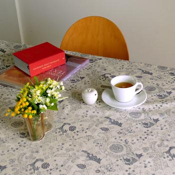 「点と線模様製作所」の「キツネノ小道」というテキスタイル。キツネが見た豊かな自然を描いたメルヘンな1枚です。