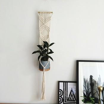 ハンギングする方法は、フックで吊るすだけとは限りません。ハンモック風に編んだマクラメは、壁を飾る絵画のような存在感。