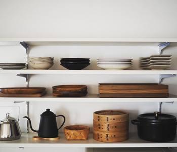 気に入った道具や食器がきれいに並べられていると、料理の時間も楽しくなりそうです。