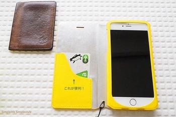 こちらの黄色いiPhoneケース。カード収納にSuicaを納めれば、パスケースが必要なくなりますね。1つのアイテムに2つの機能を「合体」させるアイディアです。