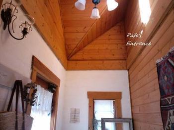 温かな自然素材で作られたアンティーク調の玄関です。