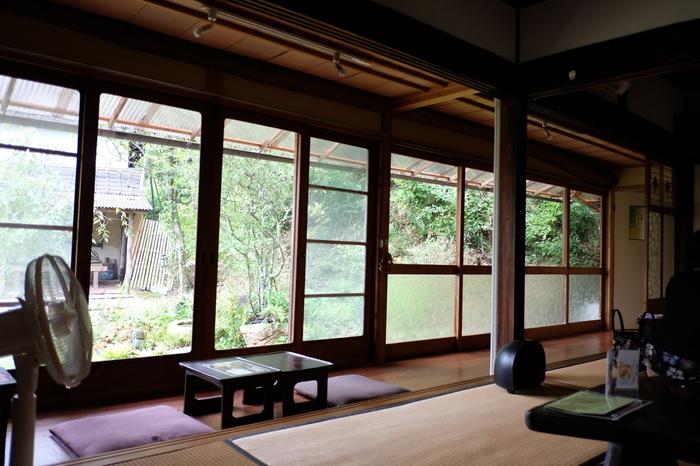広々とした日本家屋は、庭の眺めも良く、しっとりとして落ち着いた雰囲気。