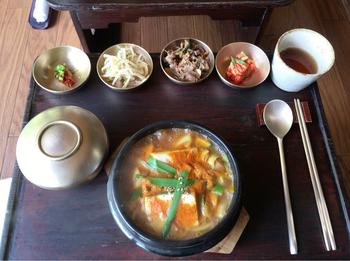 「古宮道」の食事メニューは、古宮セットのAからDまでの4種類。セットには、ナムルや副菜やスープ等がついています。こちらは、人気のセット「韓国式味噌チゲ」。辛味と旨味が抜群と評判。ナムルが2種類とキムチ、ご飯付き。