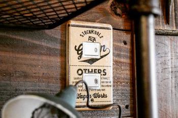 こちらはセリアの商品でリメイクしたスイッチプレート。お好みのデザインのクラフトペーパーを、スイッチプレートにボンドで貼ります。