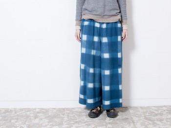 埼玉県八潮市にある「蛙印染色工芸」で生地を加工して作られた袴パンツ。 日本の伝統的な技術を用いながら、日常的に着やすい洋服がyohakuの魅力。