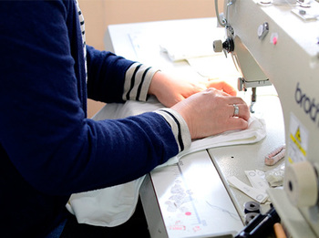 yohakuの服は、材料は日本各地から仕入れ、秋田の工場で製作されています。