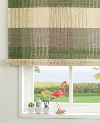 壁やカーテンレールに取り付けられる、竹素材のシェード。爽やかな配色のチェック柄なら、洋室の窓辺をおしゃれに飾ってくれます。ほんのりと透け感があることで、日差しを遮りながらも涼しげ。暑い季節に、カーテンやロールスクリーンの代わりに取り入れたいアイテムです。