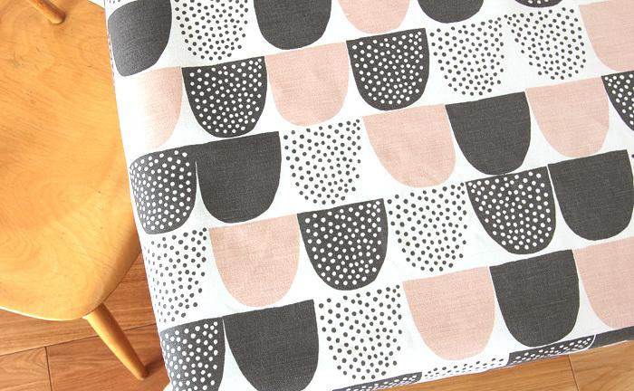 ヘルシンキのテキスタイルブランド「kauniste(カウニステ)」で人気の柄「sokeri(ソケリ)」。モダンなデザインながらも、粉砂糖のような甘くてキュートなデザイン。